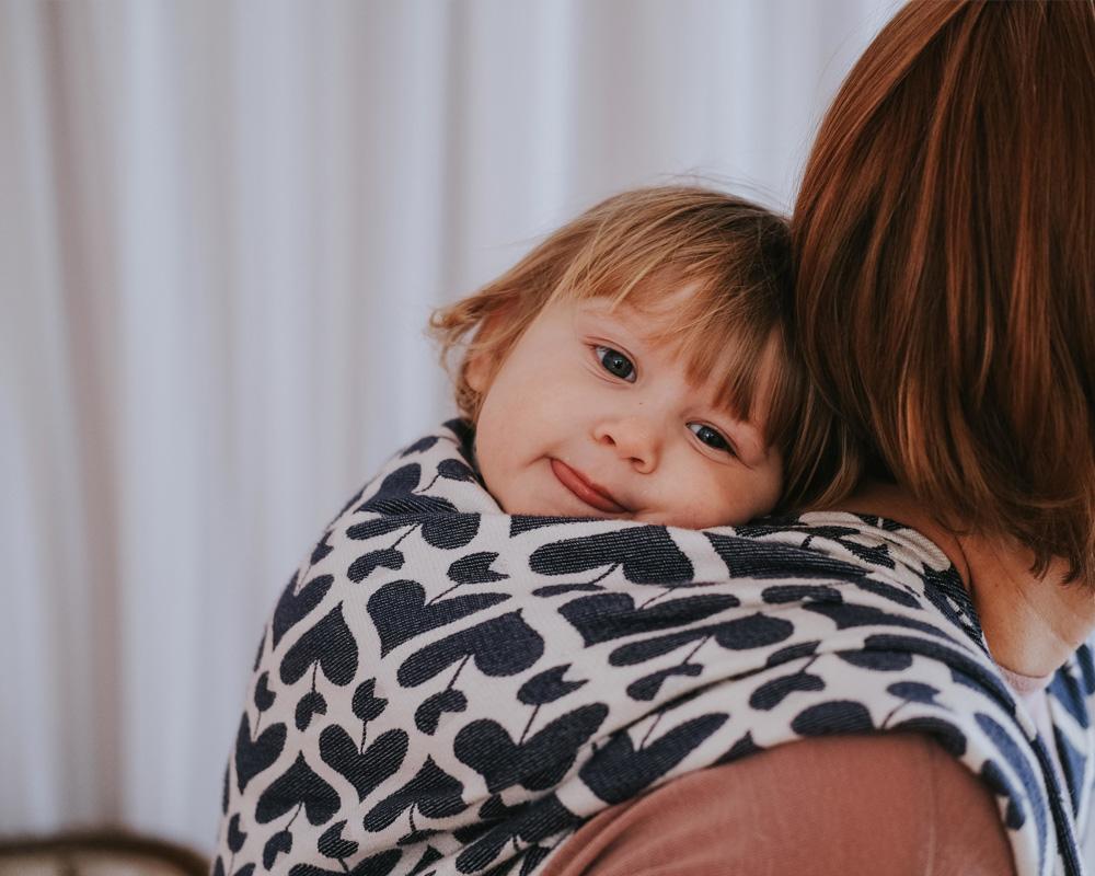 Glückliches Kind bei Mama