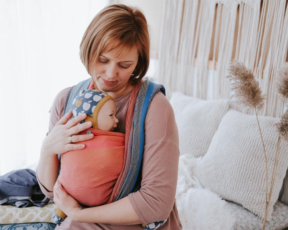 Frau trägt Kind